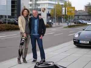 Beate Armbruster und Thomas Issler bei der Fotosession am Porsche-Museum